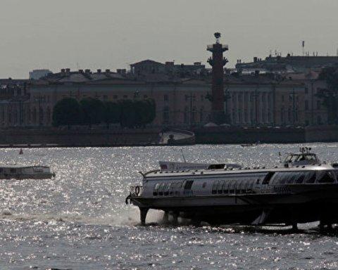 В Петербурге теплоход внезапно протаранил набережную: фото и видео ЧП