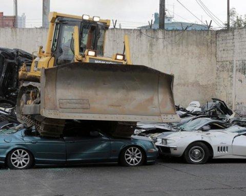 Элитный нерастаможенный спорткар безжалостно раздавили бульдозером