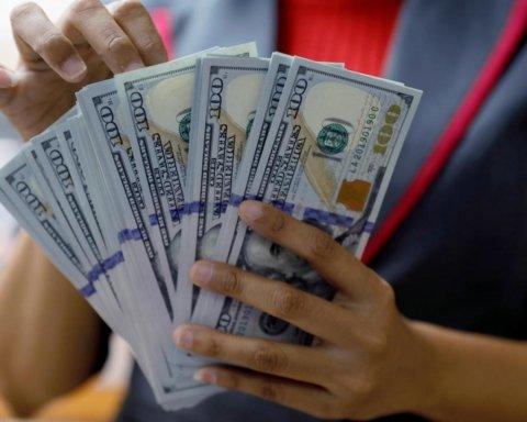 В Украине разрешили привязывать зарплаты к доллару: как это будет
