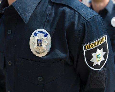 Толпа киевлян жестко избила копа посреди Киева: момент попал на видео