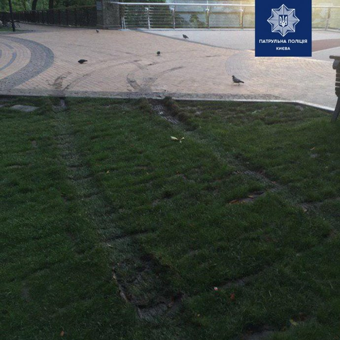 Очередное ЧП со стеклянным пешеходным мостом: полиция вовремя остановила нетрезвого