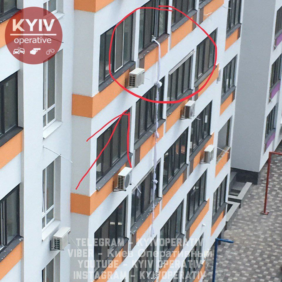 Под Киевом разбился мужчина, который пытался сбежать из квартиры по связанным простыням: фото с места ЧП