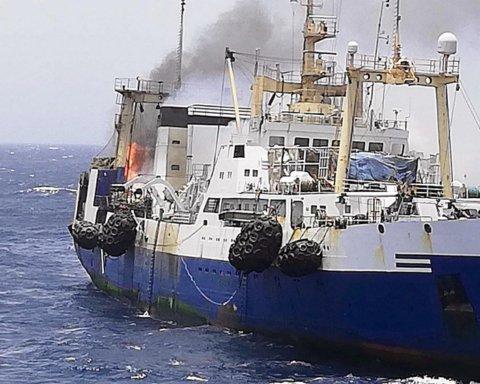 На побережье Мавритании вспыхнул и утонул украинский траулер, есть жертвы