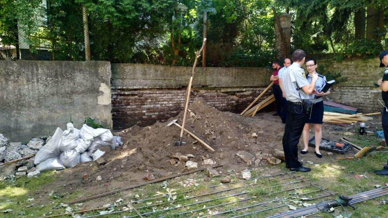 У Львові стіна дитячого садку на смерть придавила чоловіка