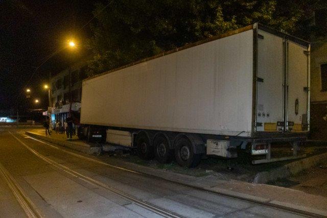 Фура паралізувала рух трамваїв в Києві: що відомо