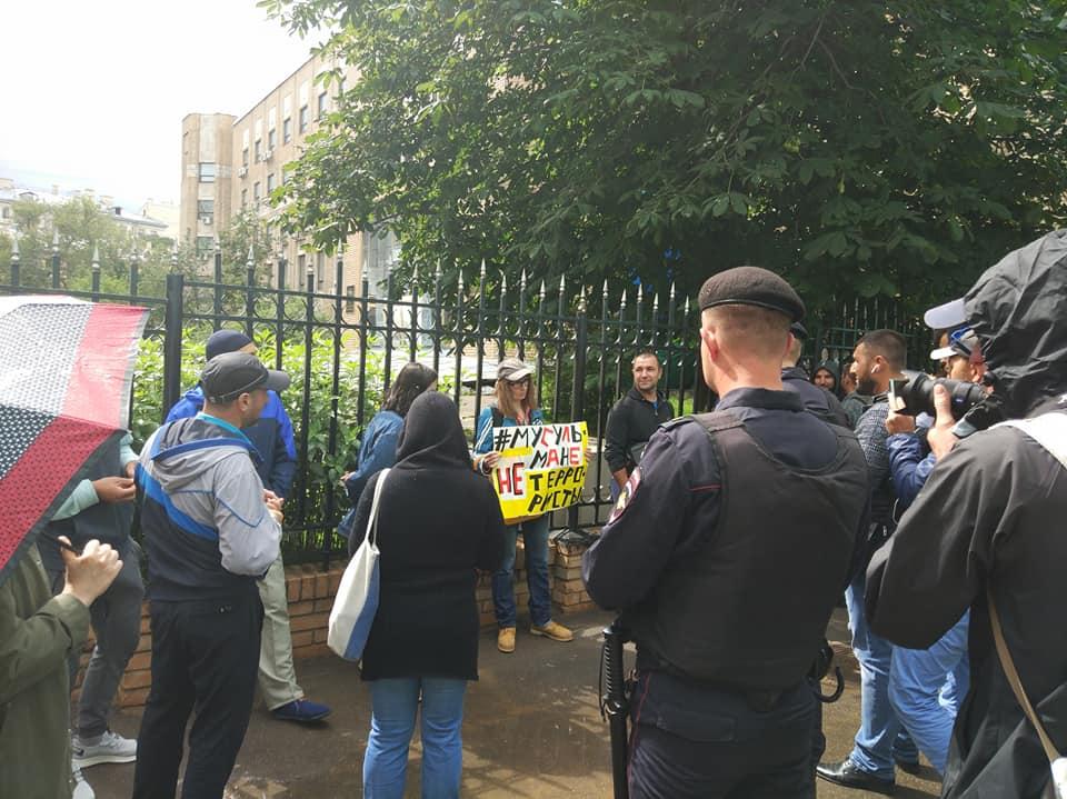 У Москві біля суду затримали півсотні кримських татар