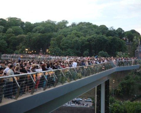 Чергова НП зі скляним пішохідним мостом: поліція вчасно зупинила нетверезого