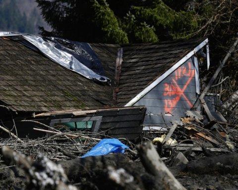 Последствия непогоды: 36 человек погибло из-за масштабного оползня