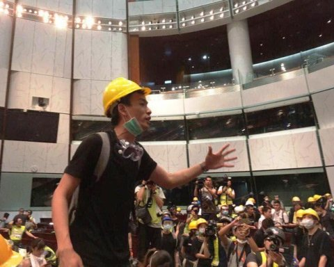 »Майдан» в Гонконге: протестующие ворвались в здание парламента