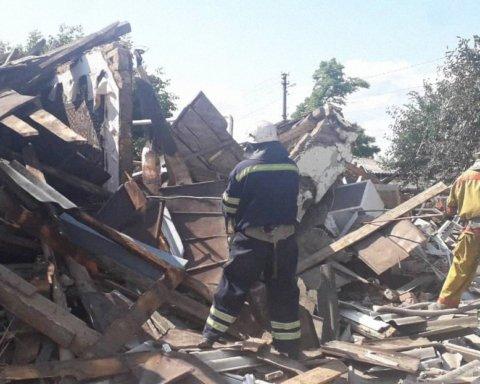 Біля Києва вибухнув приватний будинок: фото з місця смертельної НП
