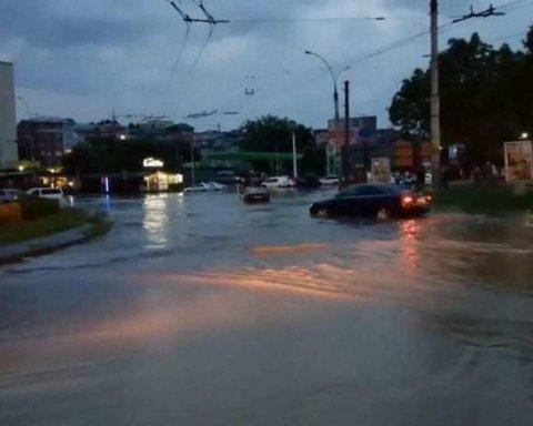 Город ушел под воду за час: появилось видео последствий непогоды в Черновцах
