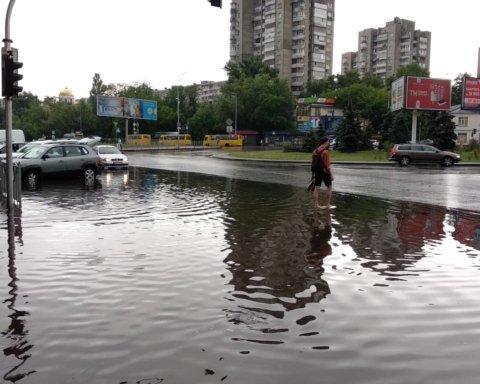 Непогода в Киеве: мощный ливень превратил столицу в «Венецию»