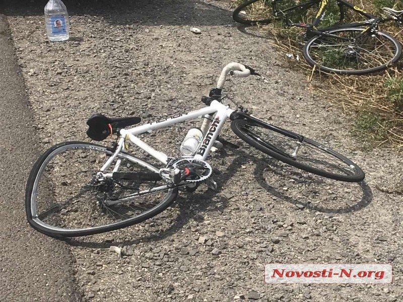 Справжній жах: легковик зніс гурт підлітків на велосипедах