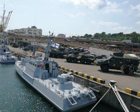 До Одеського порту стягнули важку військову техніку: що відбувається