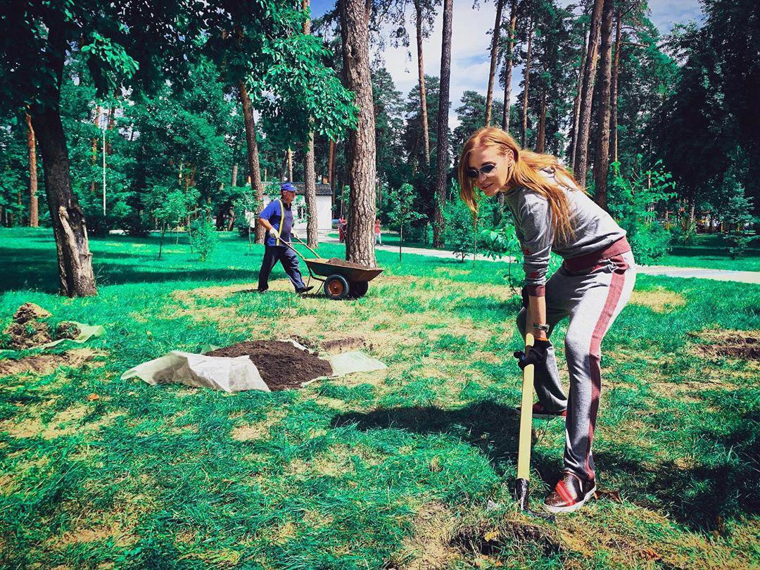 """З лопатою у руках: Слава з """"НеАнгелів"""" показала, чим """"лікується"""" після розлучення"""