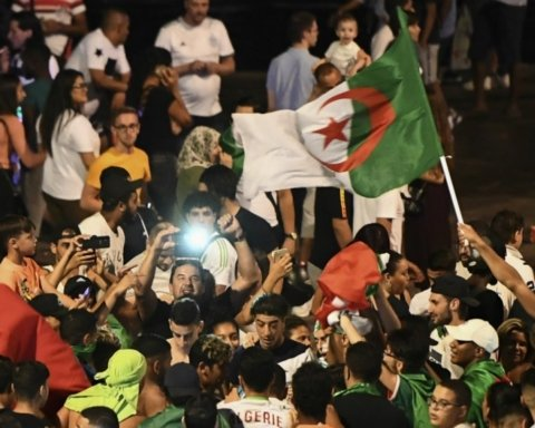Алжирские фанаты устроили массовые гуляния во Франции после победы сборной