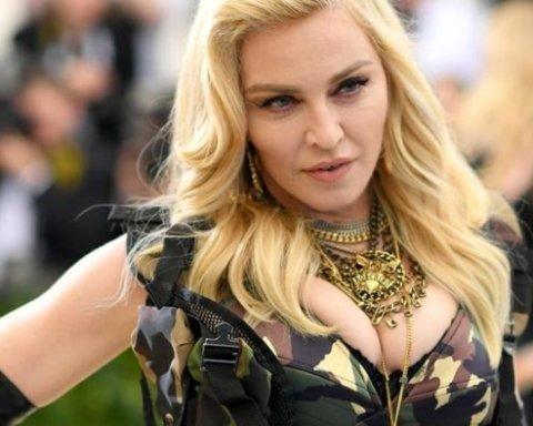 Мадонна сняла на видео, как на себе зашивает рваные колготы