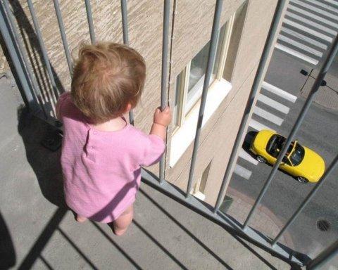 Маленька дитина випала з балкона через батьківську недбалість: деталі НП у Києві