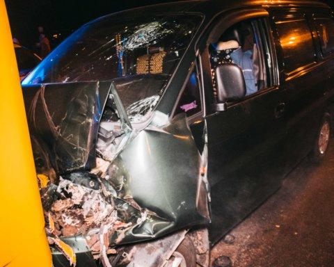Авто протаранило автобус з пасажирами: кадри з місця масштабної ДТП у Києві