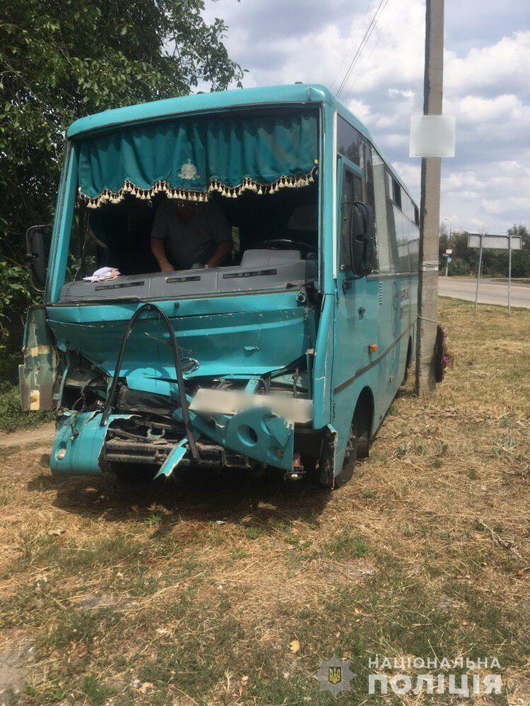 Пассажирский автобус протаранил грузовик под Херсоном: пострадало много людей