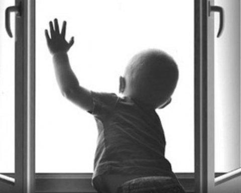 В Луцке случайные прохожие поймали ребенка, который выпал с пятого этажа
