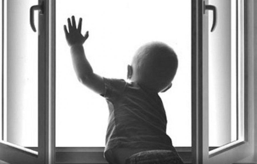 У Луцьку випадкові перехожі зловили малюка, який випав з п'ятого поверху