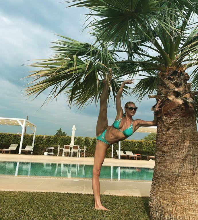 Волочкова снова растянулась в шпагате у чужого бассейна в Греции