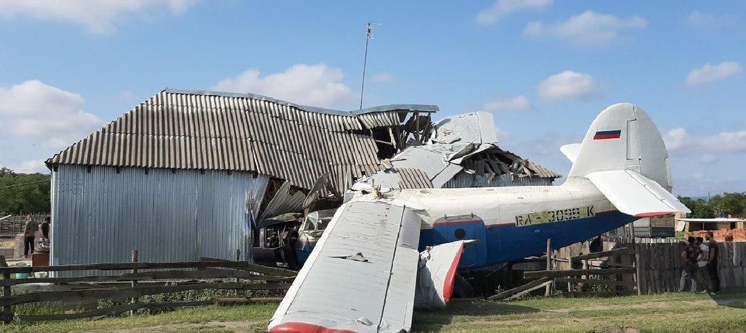 У Росії на приватний будинок впав літак, є постраждалі: перше фото з місця НП