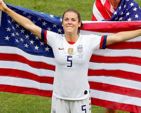 Американська футболістка поцілувала дівчину після перемоги на чемпіонаті світу