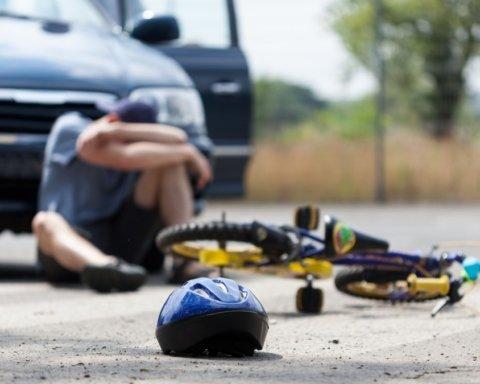 Настоящий ужас: легковушка снесла группу подростков на велосипедах