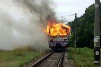 Біля Вінниці на ходу згоріла електричка: вражаючі кадри