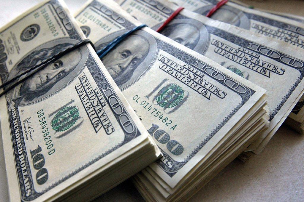 """Курс долара завмер в очікуванні нового тижня: що чекати від """"зеленого"""""""