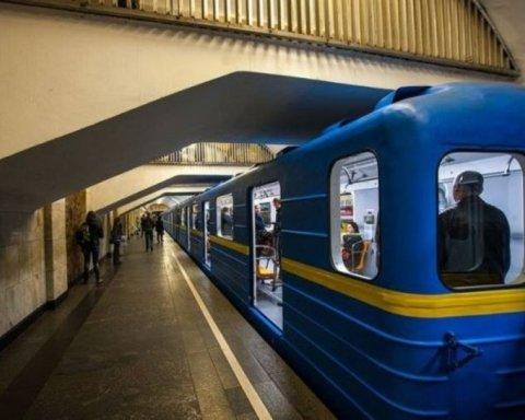 В Киеве на центральной станции метро умер мужчина: подробности и кадры с места