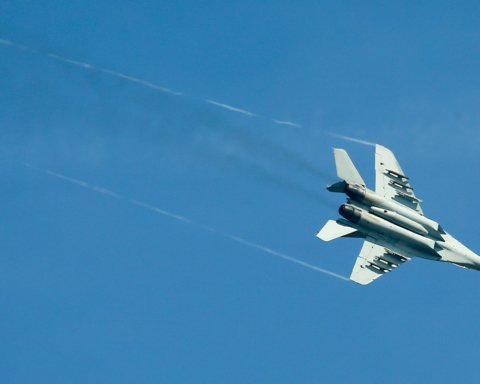 Військовий літак з несподіваних причин впав у Каспійське море: перші подробиці