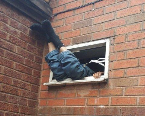 Під Києвом розбився чоловік, який намагався втекти з квартири по зв'язаних простирадлах: фото з місця НП