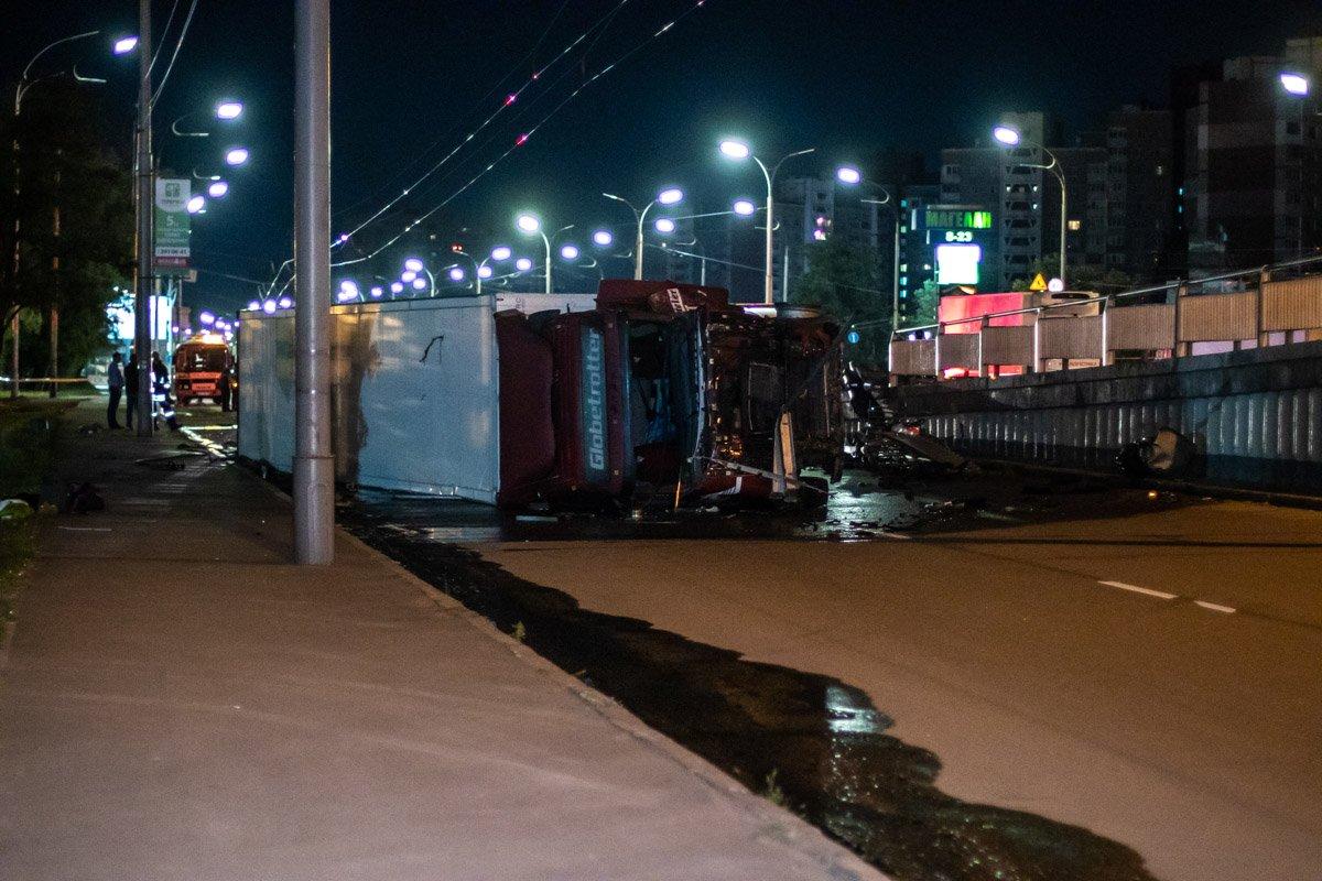 В Киеве фура снесла столбы и ограждение, а после рухнула с моста: кадры с места ужасной аварии