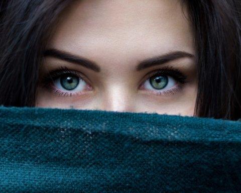 Почему отекают глаза: врачи назвали самые распространенные причины