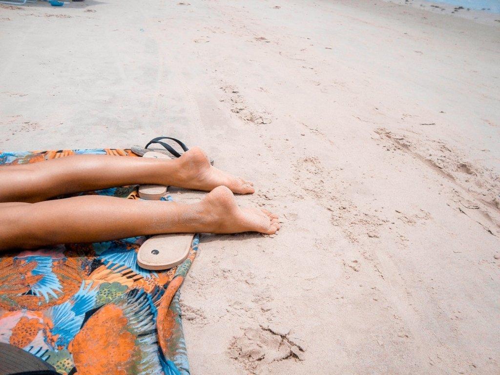 Медик пояснив, коли не варто засмагати на пляжі