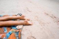 Медик объяснил, когда не стоит загорать на пляже