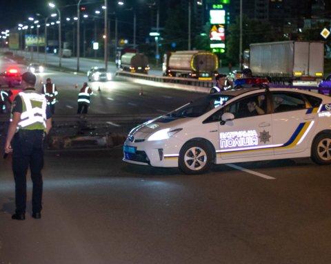 У Києві фура знесла стовпи і огорожу, а після впала з мосту: кадри з місця жахливої аварії