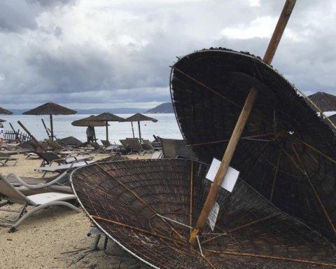 Погибло много туристов: появились кадры разрушительного шторма в Греции