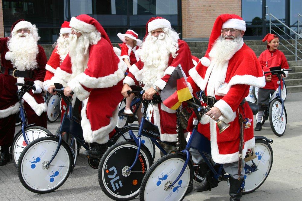 Конгресс Санта-Клаусов: в Данию посреди лета съехались бородатые дедушки