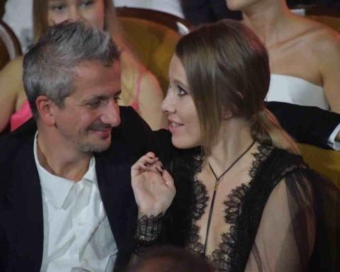 Собчак перед объективом поцеловала в ухо нового возлюбленного