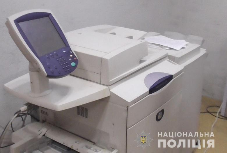 В Киеве мошенники меняли валюту на сувенирные гривны