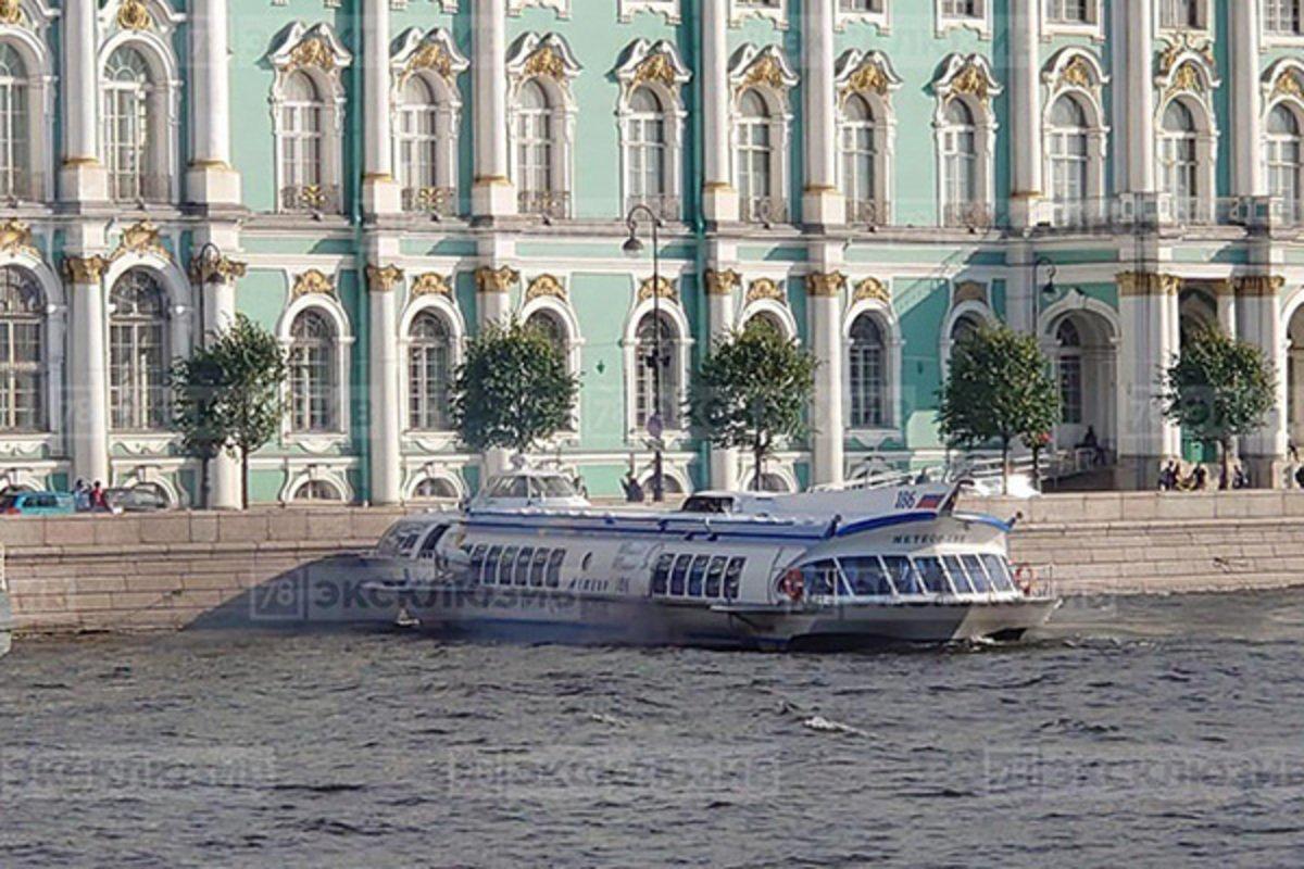 У Петербурзі теплохід раптово протаранив набережну: фото та відео НП