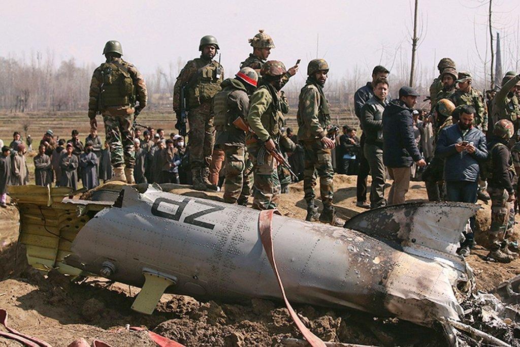 Появилось видео падения военного самолета на жилые дома в Пакистане