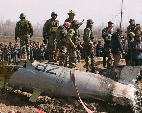 З'явилося відео падіння військового літака на житлові будинки у Пакистані