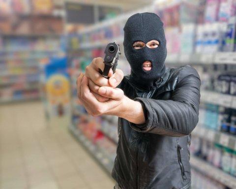 В супермаркете в США мужчина выхватил у охранника оружие и застрелил четверых