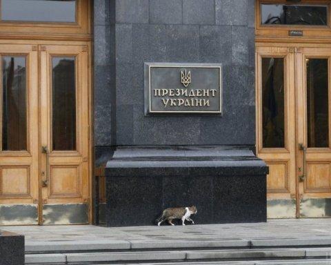 »Зеленский — выходи». Обманутые вкладчики штурмуют офис президента