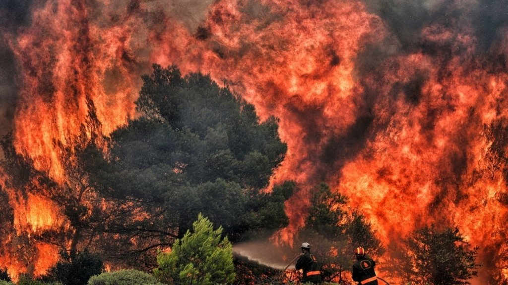 В Греции начали эвакуировать туристов из-за мощных лесных пожаров